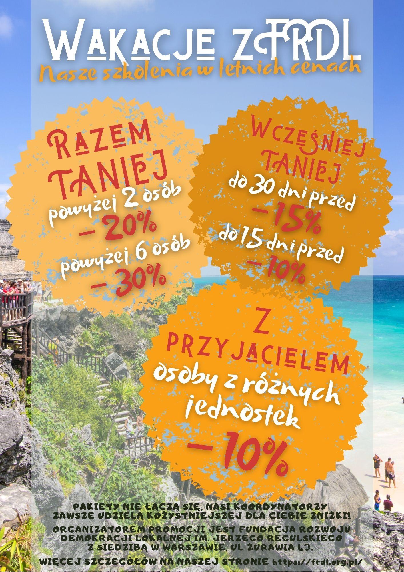 Grafika promocji wakacyjnej. Na pierwszym planie napisy- Wakacje z FRDL- Nasze szkolenia w letnich cenach. W 3 kaflach pakiety promocyjne z tekstu. W tle pejzaż- plaża, morze, egzotyczna roślinność.